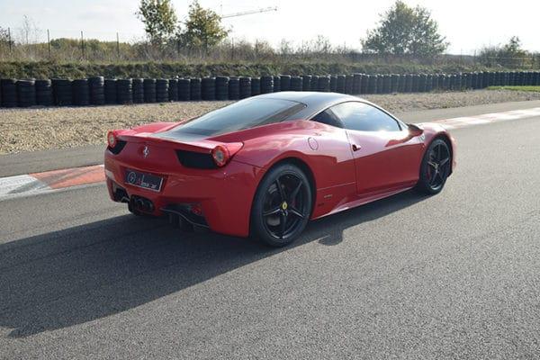 Au volant d'une Ferrari 458 Italia sur la piste du Mans